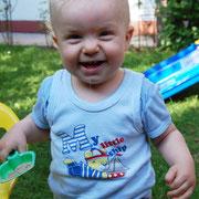 13. Monat - ich flitze durch den Garten, das macht Spaß!