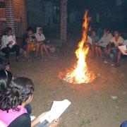 Gottesdienst mit Gitarre und Gesang am Feuer