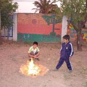 Im Garten beim Feuer machen