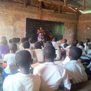 Une autre classe avec leur enseignante joigne les étudiantes.