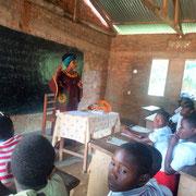Anuarite  Siirewabo enseigne sur la thématique de la menstruation.