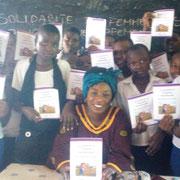 A. Siirewabo au milieu des filles.