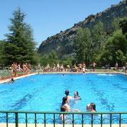 Niños en las piscinas de Sobrón