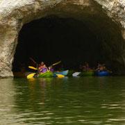Familias haciendo kayak en el embalse de Sobrón