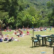 Zona de picnic en el Centro de Aventura de Sobrón