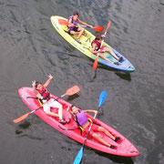Niños en kayak en el Centro de Aventura de Sobrón