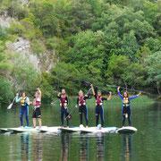 Grupo de amigos haciendo Stand Up Paddle (SUP) en el Centro de Aventura de Sobrón
