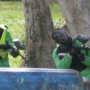Grupo de despedida de soltero haciendo paintball en Sobrón