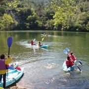 Colegio haciendo kayak en el Centro de Aventura de Sobrón