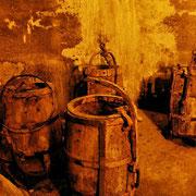 Alte Fässer, die der Wasserbeförderung im Brunnen dienten