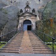 Am Eingang: Trockengraben mit Holzbrücke
