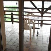 Accès au balcon - une table avec 2 chaises