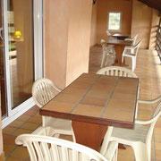 Terrasse du balcon avec table et 4 chaises