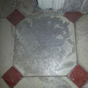 suelo de mosaico gastado