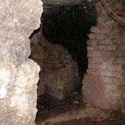 Blick in den kleineren zerstörten Nebenraum - wahrscheinlich Küche oder Latrine