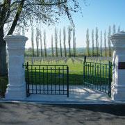 Auf dem Friedhof befinden sich 3592 Gräber, davon 3107 Gefallene des 1. WK