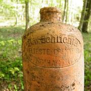Die Aufschrift ist gut lesbar: H.W.Schlichte Aelteste Brennerei Steinhagen/W.