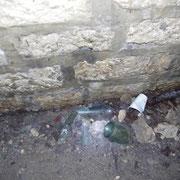 Flaschenscherben und Müll aus heutiger Zeit