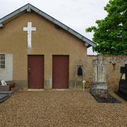 Friedhofsgebäude - rechts die Glocke