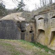 Links vom Eingang die Kasernen und die Kehlwehranlage (Kaponniere) mit den Schießscharten