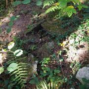 Die Bodenplatte des Gedenksteins, der heute auf dem Friedhof von Servon-Melzicourt steht