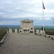 """Monument am Punkt X - dem östlichsten Punkt des Hügels. Es ist """"denen, die kein Grab besitzen"""" gewidmet"""
