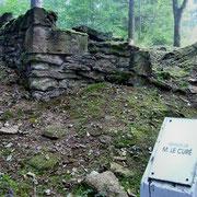 Ruine eines Dorfhauses - auf der Tafel der Name des damaligen Eigentümers