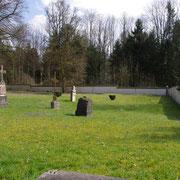 Alte, aus den Trümmern geborgene, und neue Grabsteine auf dem Friedhof