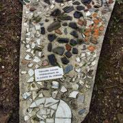 Zu einem Mosaik zusammengestellte Scherben aus der Schlossküche