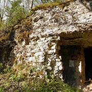 Reste der durch Artilleriebeschuss stark beschädigten Schutzmauer