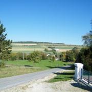 Die Höhe im Hintergrund ist der Standort des Forts Landrecourt