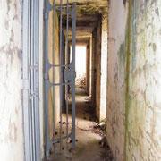 Gang zwischen Schutzmauer und Bunker