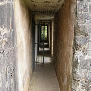 Gang zwischen Mauer und Bunker