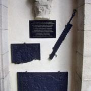 Fundstücke befestigt im Eingangsbereich der Kapelle