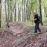 Arne B. und Jens W. bei der Begutachtung des Grabensystems
