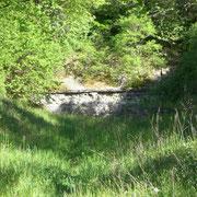 Die Anlage vom Weg aus - in der Schlacht verliefen hier Gleise bis in den Tunnel
