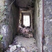 Gang zwischen Werk und Schutzmauer
