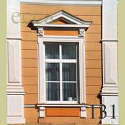 ecca Bild 131:Umrandung, Sohlbank mit Konsolen und Spiegel, Überdachung mit Giebel und Konsolen