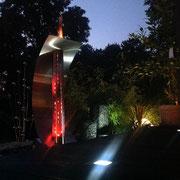 Feuersegel: Design-Feuerstelle aus Edelstahl. Foto bei Nacht