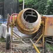 la bétonnière de 350 litres pour malaxer le futur béton d'argile. Merci à Olivier pour le prêt !