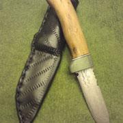 84,)Damast 112 Lagen,Stahl 1.2842+ c105,Gesamt:16cm,Klinge 7 cm, 4mm stark,Griff: Fundholz aus Irland, Rindslederscheide 2mm
