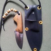 Nr.6/12, Neckknife, Stahl :Carbonstahl (Ck101), Gesamtlänge:10,5cm, Klinge :5,2cm lang und 1,95mm stark, Griff: Essigbaum,