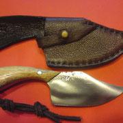 F9. Stahl 1.2208 ( Feilenstahl) Aus Feile geschmiedet, gesamt:15cm, Klinge:6cm,5,25mm stark, Griff:Erbsenstrauch,gefütterte Rindslederscheide
