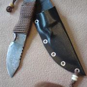 70.) Stahl: Damast 1.2842/Ck75, 1792 Lagen,Gesamt: 17,2cm,Klinge 7cm,5mm stark.Scheide aus 1,5mm Kydex