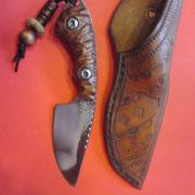 Das Vezzoso, Stahl 75CR1, Gesamt:13,9cm, Klinge 7,1cm, 3,5mm stark, Filework am Klingenrücken, Griff: gegroovte hartholz Beschalung mit V4A Torxschrauben verschraubt
