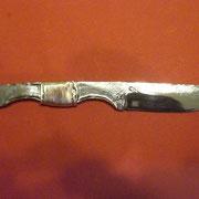 N.6.) Stahl: Federstahl, gesamt 21,5cm, Klinge 9cm, Klingenstärke 4mm- 0,2 mm an der Spitze, Geschmiedete Fingerbögen, Kupferwicklung