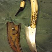 CH1,) Jagdmesser, Stahl : CK101, gesamt: 22,5cm, Klinge: 10cm, 5mm stark,Griff>: rotes Vulkanfieber, Hirschhorn, 2mm starke Rindslederscheide,