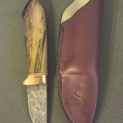 """Nr,F6.Stahl: Damast 12842/ 75ni8, """"Raintrops"""" Gesamt: 16cm, Klinge:6,1cm 3,5mm stark. Griff: Kupfer, vulkanfieber und gestockte Buche,gefütterte Rindslederscheide"""