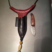 Nr.23/11,Neckknife, Stahl: Damast 1.2842/1.2767 1:1,Holz: Wüsteneisenholz, Scheide: handgenähte Rindslederscheide