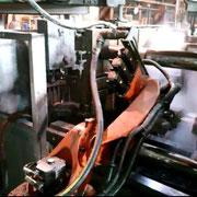 Robot de poteyage en fonderie aluminium